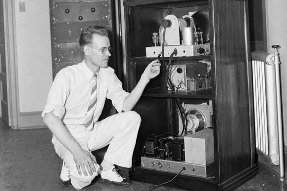Philo Taylor Farnsworth [Beaver (Utah), 1906 - Salt Lake, 1971]. American scientist who invented the first prototype of electronic television and a small nuclear fusion neutron-generating device, known as the Farnsworth-Hirsch fuser. Photo: Famous Inventors