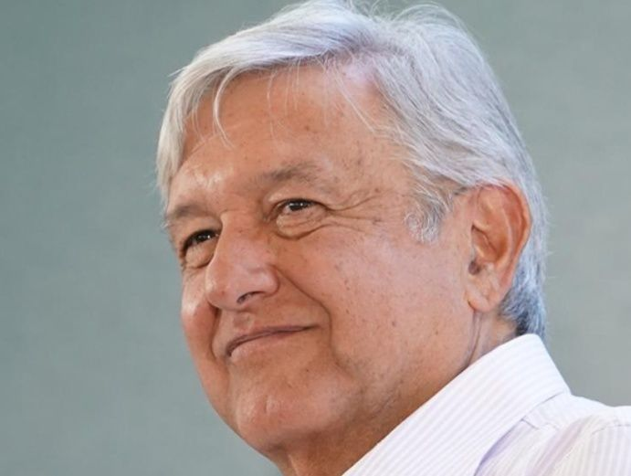 The President of the Spanish Government gave as a gift to the Mexican president the birth certificate of his grandfather José Obrador, who was born in Cantabria in 1863.